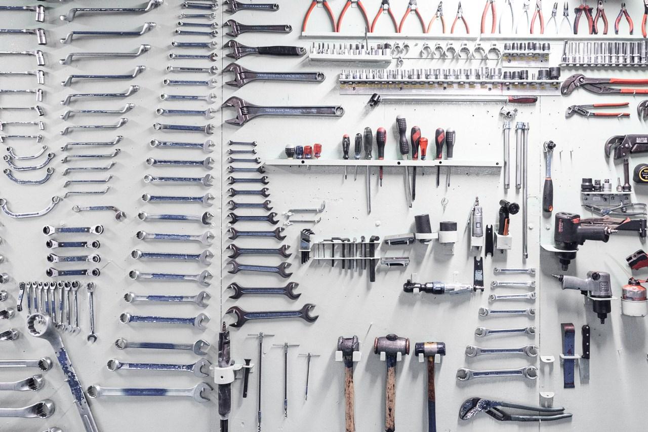 vegg med verktøy festet sirlig organisert