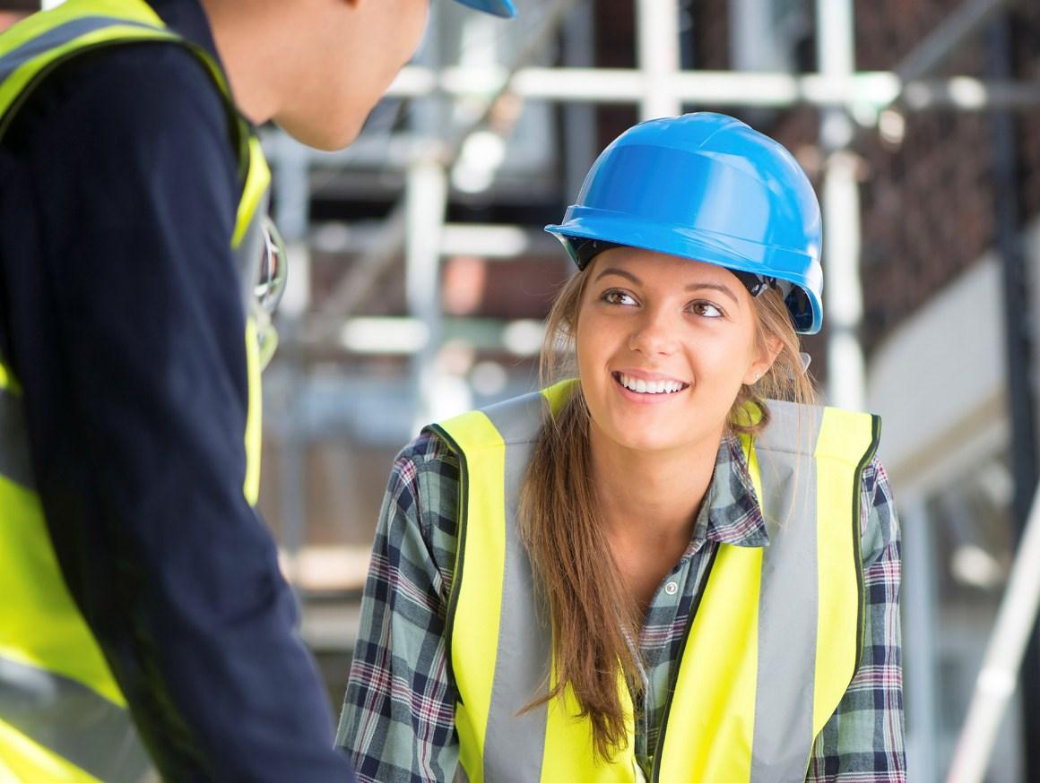 Mann og kvinne på byggeplass. Foto.